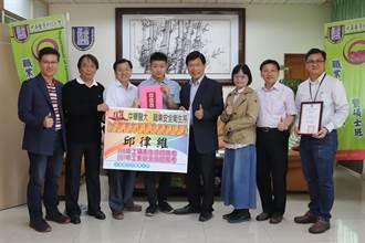 中華醫大邱律維 全國最年輕職安衛生雙技師