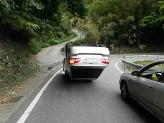 新手駕駛拉拉山賞花 驚險翻車險無傷