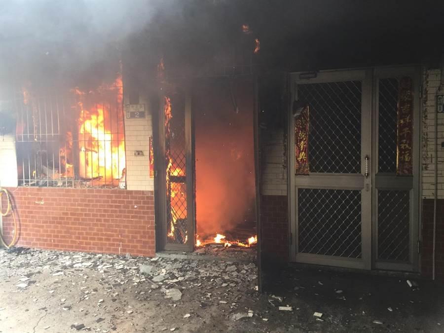 台南市新化區中正路18日早上驚傳民宅發生火警。(劉秀芬翻攝)