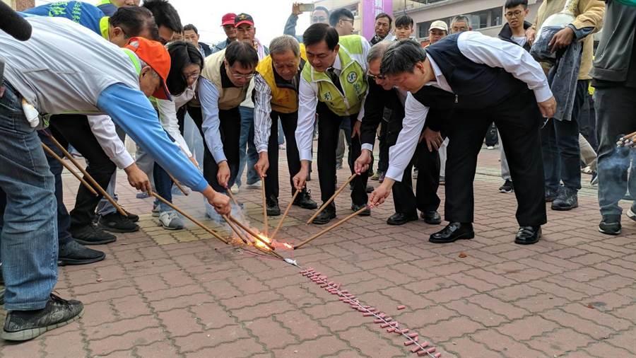 鹽水蜂炮啟炮儀式一早在鹽水武廟前舉行,象徵為期2天的熱鬧慶典正式開鑼。(莊曜聰攝)