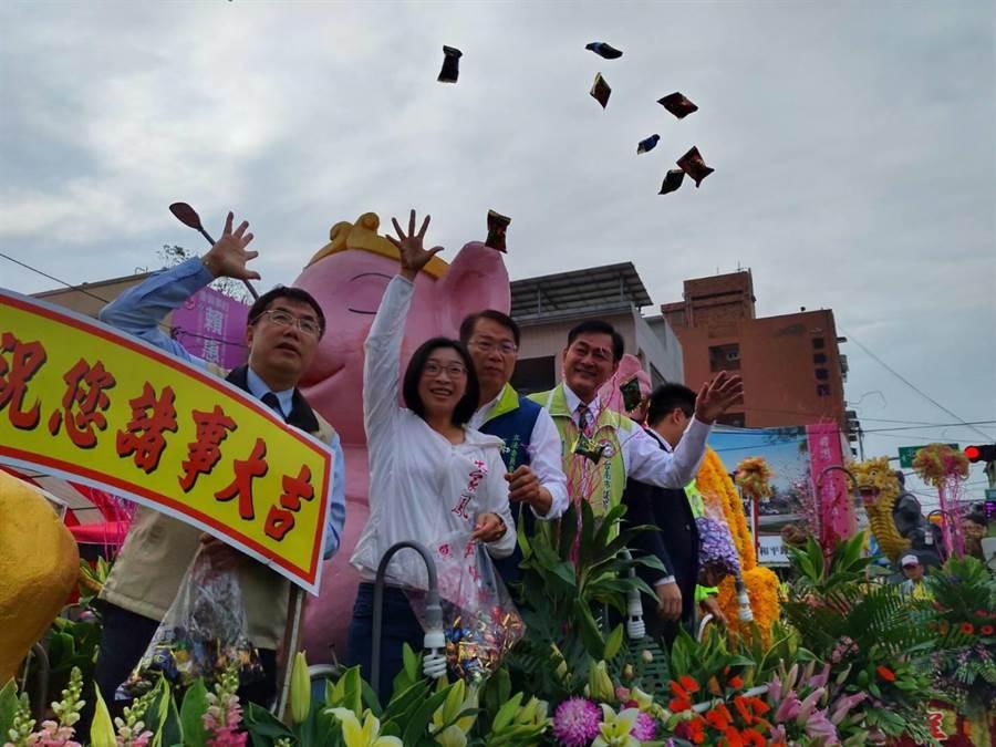 神轎開始遶境,台南市長黃偉哲也搭上花車跟隨。(莊曜聰攝)