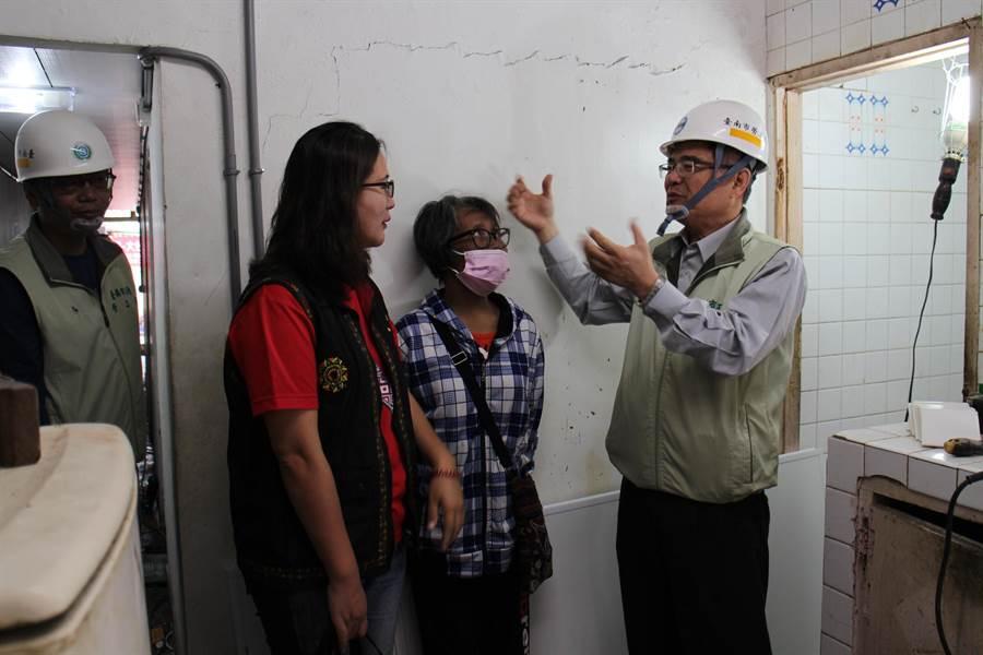 曾婦居家環境惡劣,勞工局啟動「住安心、享溫馨」房屋修繕機制進行協助。(曹婷婷翻攝)