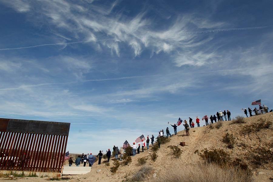 白宮幕僚米勒透露川普將在2020年9月蓋好全長約300多公里的美墨邊界圍牆,兌現競選承諾。(圖/路透社)