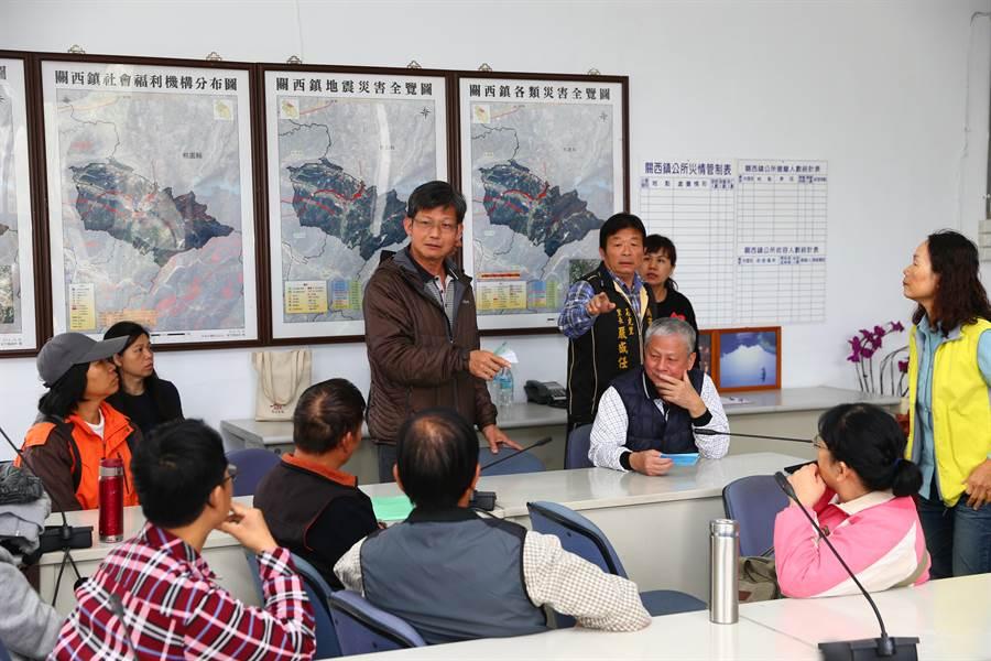 反對興建發電廠,10多名居民18日與關西鎮環境守護協會籌備會赴鎮公所向鎮長陳情。(徐養齡攝)