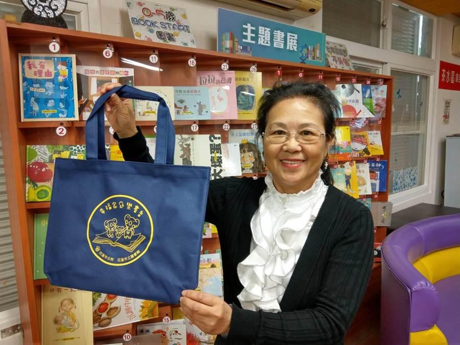 花蓮市立圖書館長蔡淑香歡迎大家明天參加「慶元宵.閱讀『袋』著走」活動。(范振和攝)