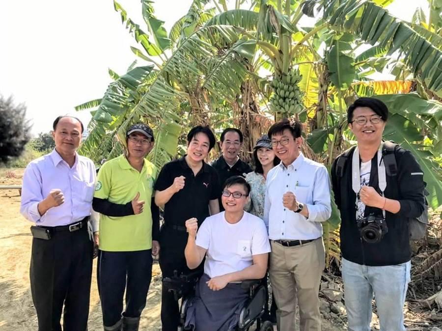 前行政院長賴清德(左3)到安南區祝賀維冠大樓倖存者洪家益(輪椅者)找到網路行銷工作,未來擔任網紅行銷台南農產品。(翻攝自賴清德臉書)