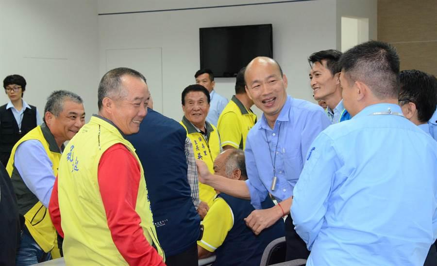 高雄市長韓國瑜(中排右二)18日晚間與彌陀區漁會幹部、漁民互動,受到熱烈歡迎。(林瑞益攝)
