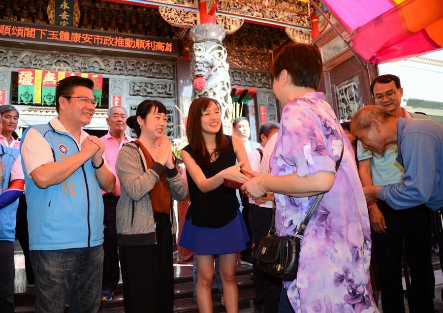 高雄市長韓國瑜的女兒韓冰(左三)18日到永安宮發福袋,受到民眾歡迎。(林瑞益攝)