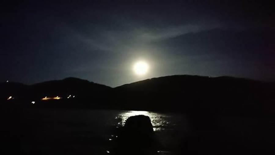 元宵節飆高溫32℃!氣象局PO出一張圖曝光全台賞月機率,23:54時記得要抬頭見最大滿月。(資料照/廖德修攝)