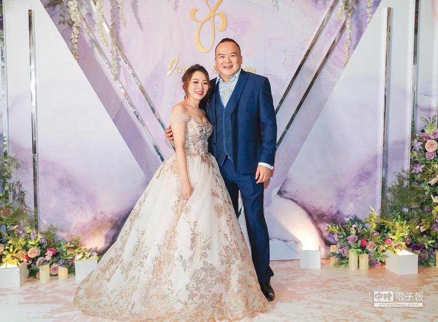 明金成(右)與老婆明林沛締(Patty)昨補辦婚禮。(盧禕祺攝)