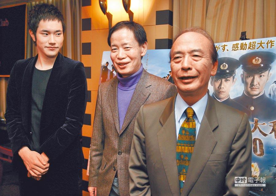 佐藤純彌(右)2005年曾執導名製片角川春樹(左)戰爭片《男人們的大和》。(路透)