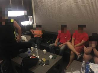 烤肉性愛「啪啪啪」2女8男汽旅大戰光溜溜被逮