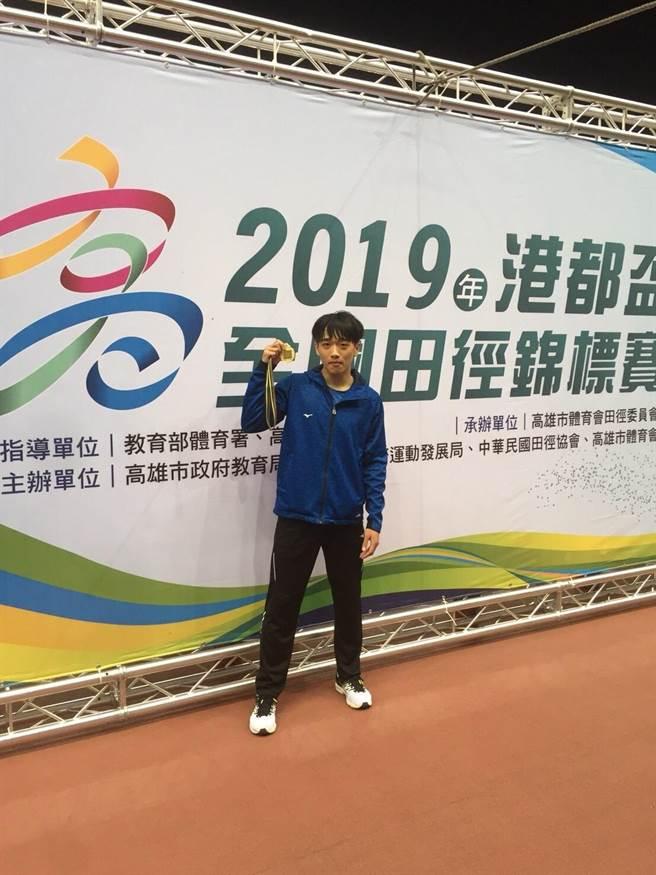 林佳興在港都盃公開組男子跳遠跳過8公尺門檻,可惜超風速,與大會紀錄擦身而過。(陳九州教練提供)