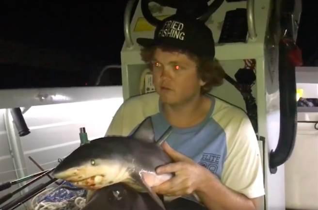拿幼鯊當煙斗抽 瘋狂漁夫惹怒全球網友(圖片截自Youtube)