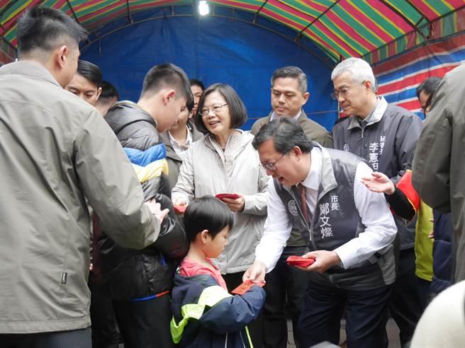 桃園市長鄭文燦表態贊成蔡英文總統連任,圖為兩人初一一起發福袋。(蔡依珍攝)