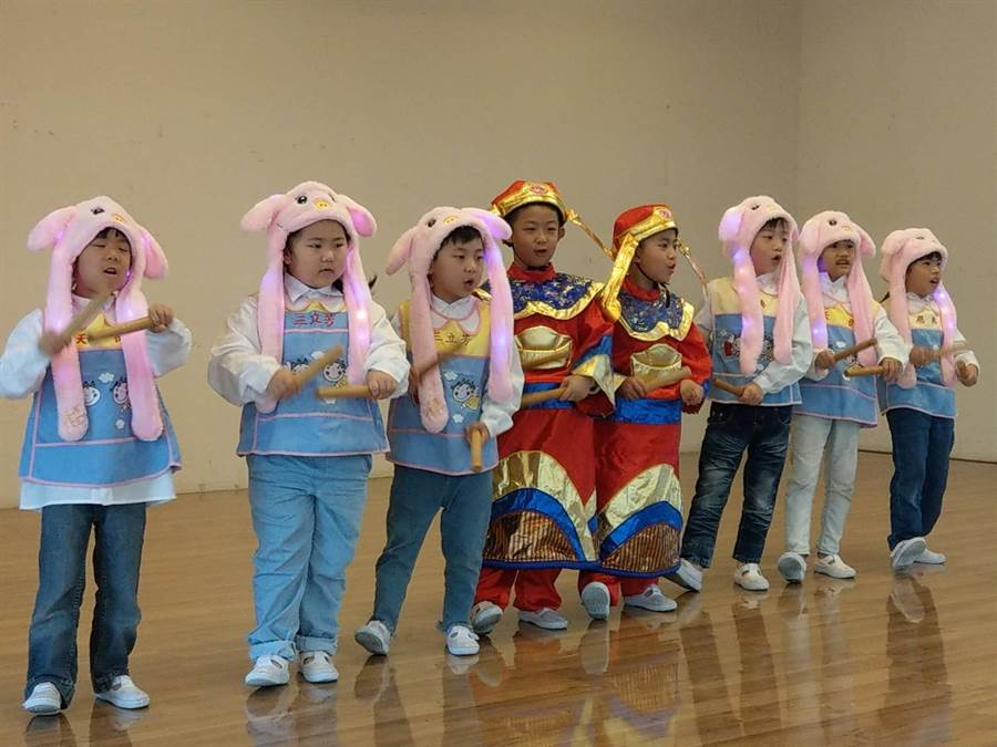 花蓮市天使、恩典、三立芳幼兒園小朋友表演數來寶,可愛逗趣。(范振和攝)