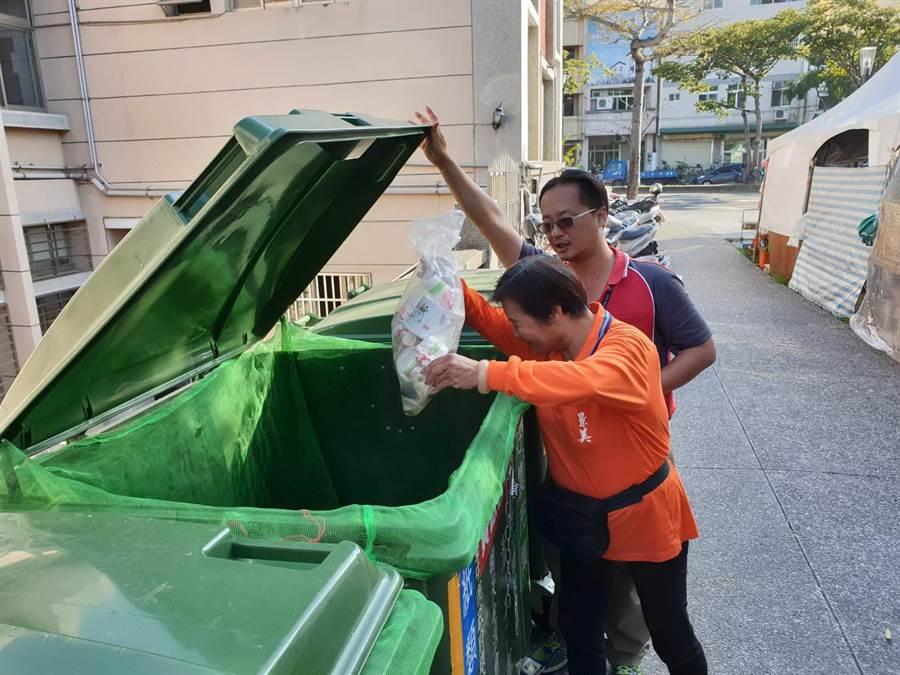 台中市府環保局在各園區成立清潔隊監測小組,維持高品質的垃圾清運機制。(盧金足翻攝)