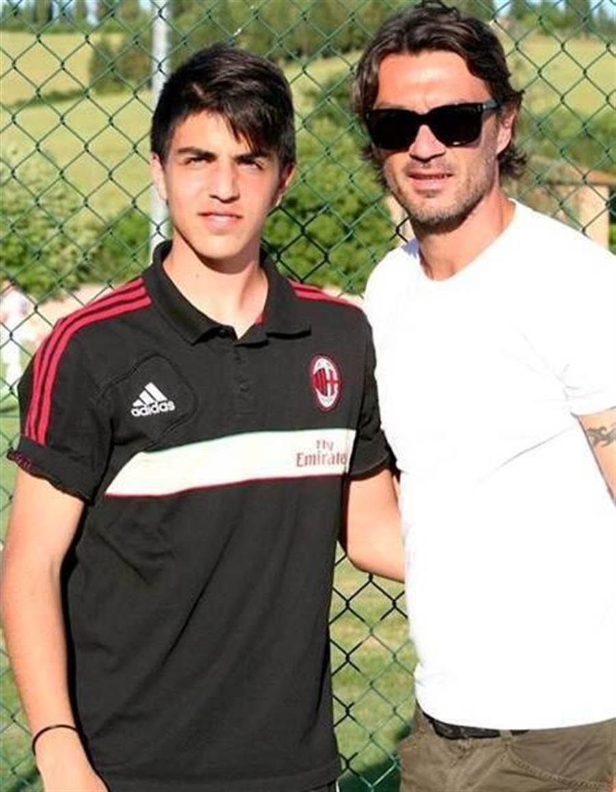義大利傳奇後衛馬迪尼(右)的兒子出身AC米蘭青訓系統,也因為欠薪問題離開了皮亞千薩Pro。(取自小馬迪尼推特)