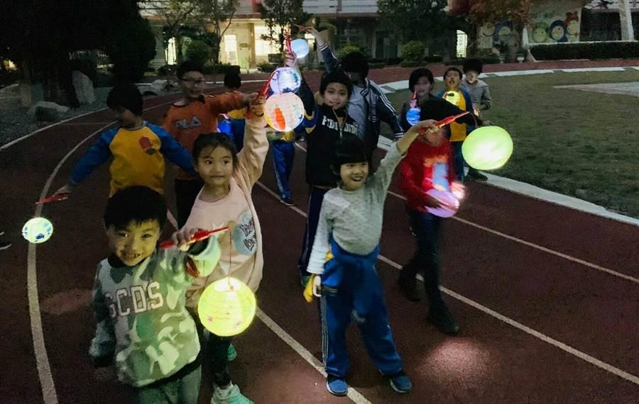 廣興國小的小朋友18日晚上提著自製的香草燈籠夜遊去。(鐘武達攝)