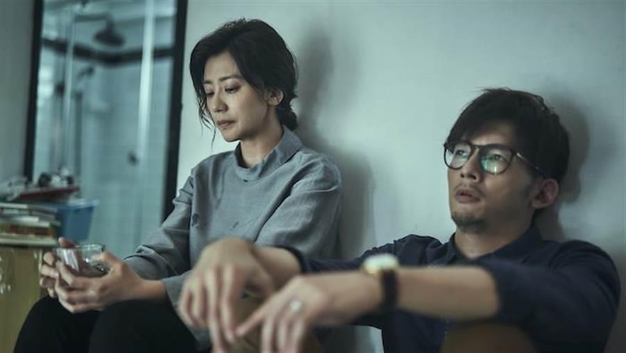 賈靜雯(左)與溫昇豪。(公視提供)