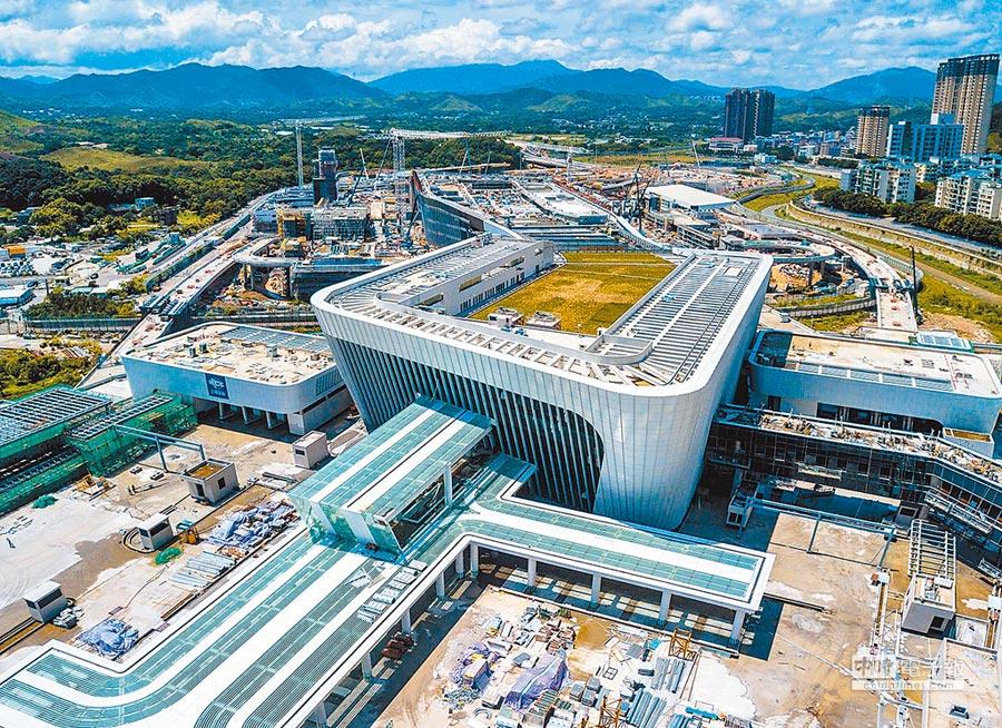 粵港澳大灣區建設將擴大深圳經濟影響力。圖為建設中的深圳蓮塘口岸。(新華社資料照片)