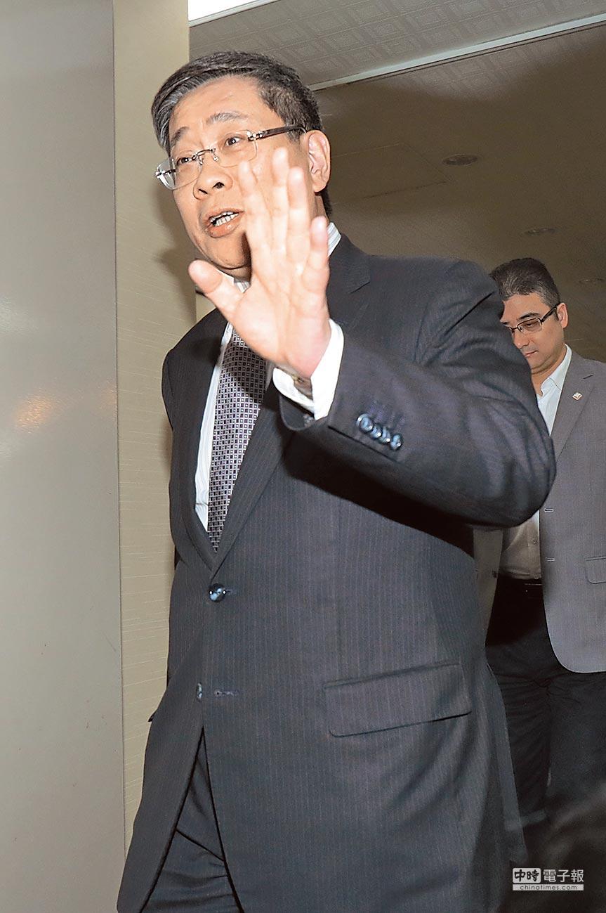 上海市台辦主任李文輝(前)18日上午前往台北市政府,拜會市長柯文哲,商談雙城論壇相關事宜。(中央社)
