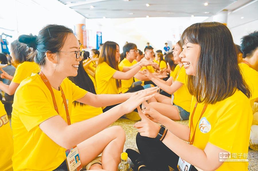 兩岸大學生在福州舉行的第五屆海峽青年節上交流。(新華社資料照片)