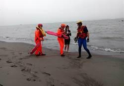影》大安海水浴場漲潮3人困沙洲 警民馳援救上岸