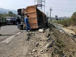 影》國道6砂石車翻覆邊坡 駕駛傷重不治