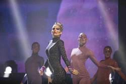 娜塔莉波曼化身搖滾「黑天后」獻出演唱會處女秀!