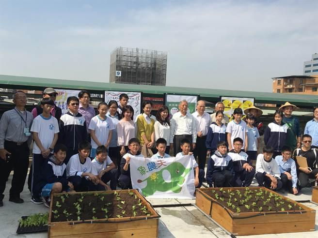 「象農夫」今天在台北市介壽國中舉辦「綠屋頂春耕」活動。(李孟發提供)