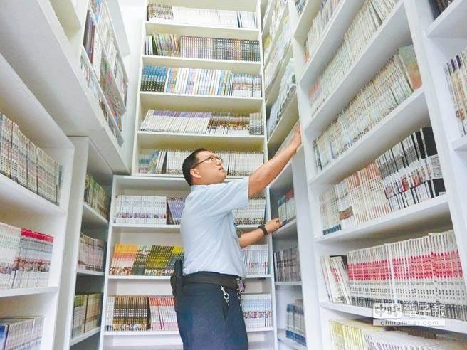 5年前,台南看守所將一間舍房改裝成小書庫,放置陳文魁大量購入的藏書。(曹婷婷攝)