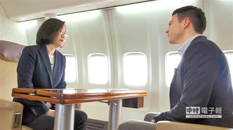蔡總統19日在總統專機上,全程以英語接受美國有線電視網(CNN)獨家專訪宣布,她將參與2020年總統大選尋求連任,說她想「完成」對台灣的願景,且表明「我有信心贏」。(摘自CNN)