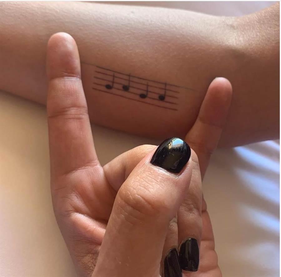 卡卡將名字變成樂譜刺在手臂上。(截自IG)