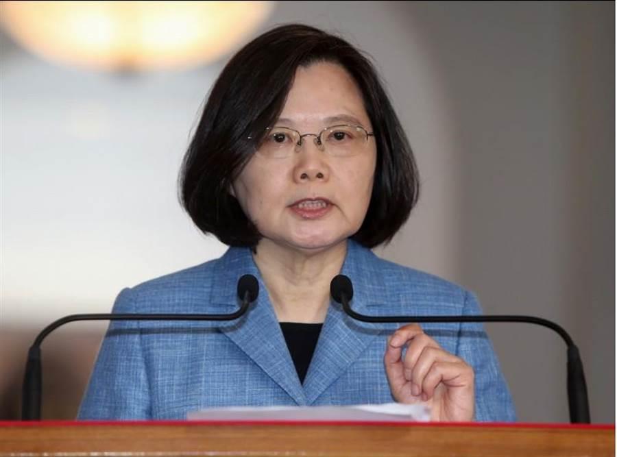 蔡英文總統接受CNN獨家專訪,向全球提出警告,北京軍武威脅來勢洶洶。圖為蔡英文20日發表迴廊談話,表示總統除了保家衛國之外,把台灣推向國際並且讓世代的台灣人擁有自由的意志選擇。(中央社)