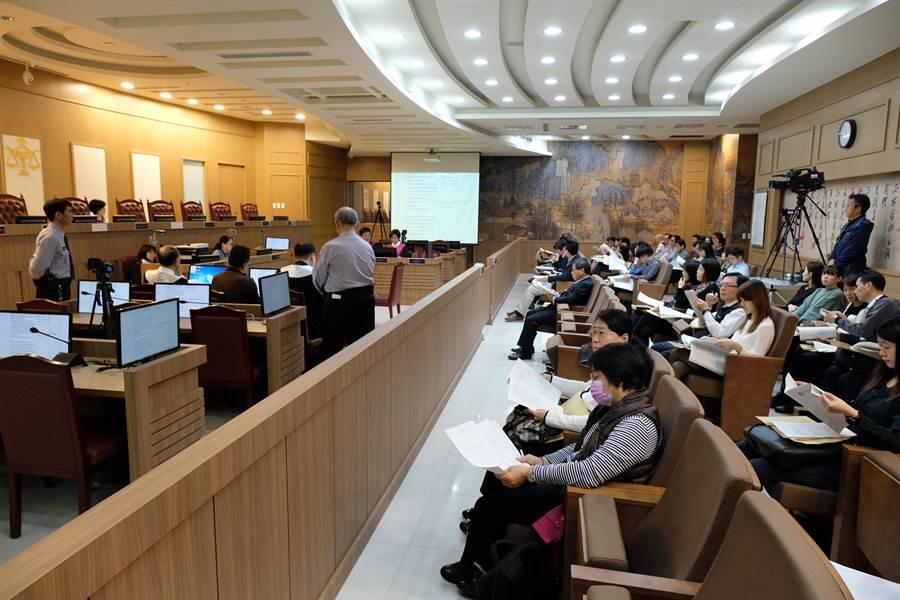 新竹地方法院為因應國民參與刑事審判制度上路舉辦模擬法庭,不少法官、檢舉官及律師出席觀摩。(羅浚濱攝)