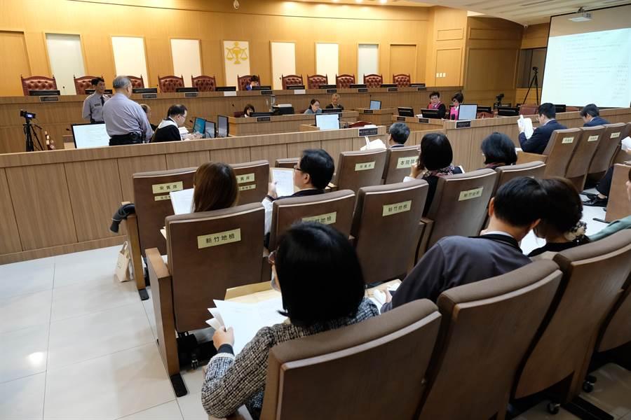 新竹地方法院國民參與刑事審判模擬法庭,以一件殺人案例做準備程序。(羅浚濱攝)