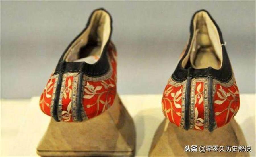 清朝婦女須穿旗袍與旗鞋,使得她們走路姿勢變得柔弱(圖翻攝自/每日頭條)