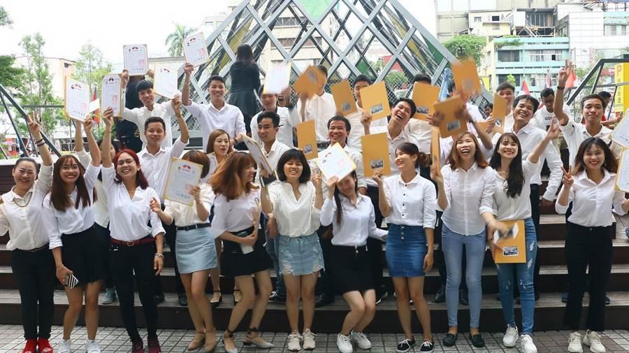 為協助移工快速適應並融入在台生活,台中市政府勞工局開辦免費中文課程。(圖/台中市府提供)