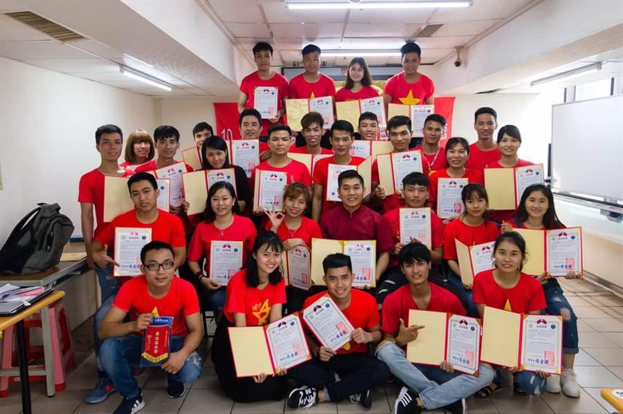 台中市勞工局歡迎移工踴躍報名免費中文班,也呼籲雇主多鼓勵移工自我進修。(圖/台中市府提供)