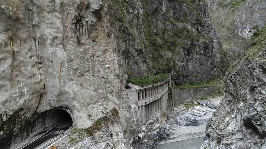 公路第四區養護工程處目前正進行錐麓斷崖下方公路明隧道設計,初步評估、設計報告將於今年度完成,最快明年動工。(張祈翻攝)
