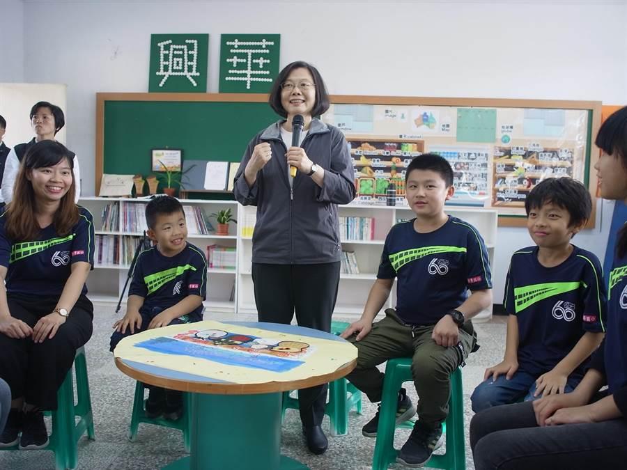 蔡英文總統鼓勵偏鄉孩子,邀學童北上找她玩。(張朝欣攝)