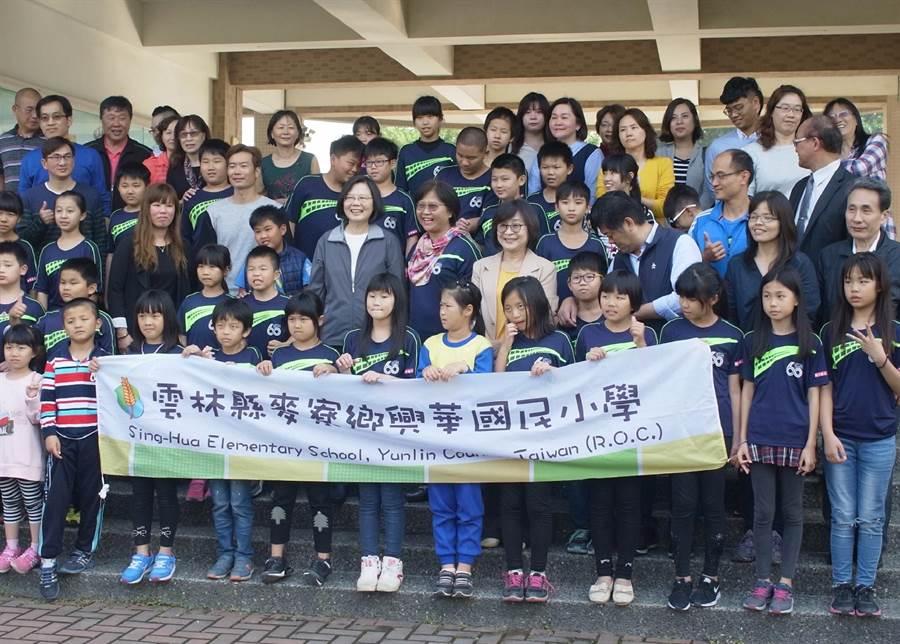 蔡英文總統邀興華國小師生北上找她玩,學校將公投表決。(張朝欣攝)