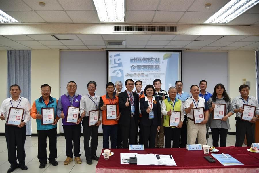 張麗善(前右五)頒發感謝狀給雲林縣15個績優水患自主防災社區。(張朝欣攝)