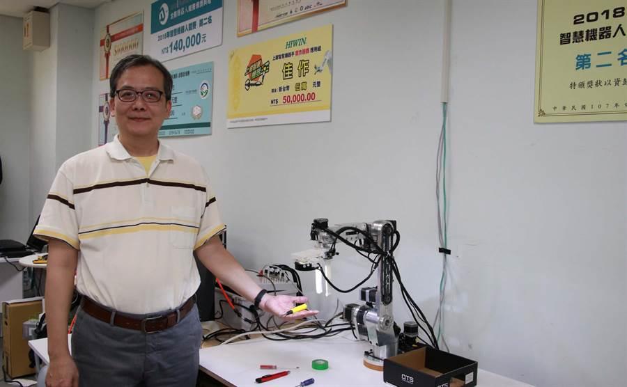 高雄大學電機系教授吳志宏開發具影像辨識功能機器手臂。(林雅惠攝)