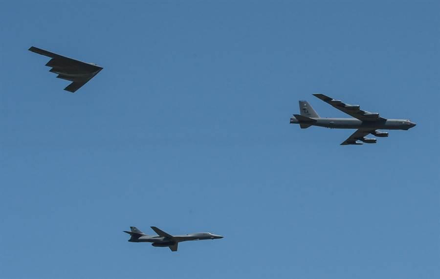 美空軍現有3型長程戰略轟炸機主力機種難得同時出現在一個畫面中,圖為2017年在美空軍巴克斯載爾基地為紀念1942年二次大戰第8空軍所舉行的航空秀,受邀觀禮的有當時飛行員及其家屬,由B-52、B-1B、B-2進行空中飛越致敬禮。(圖/美國空軍)
