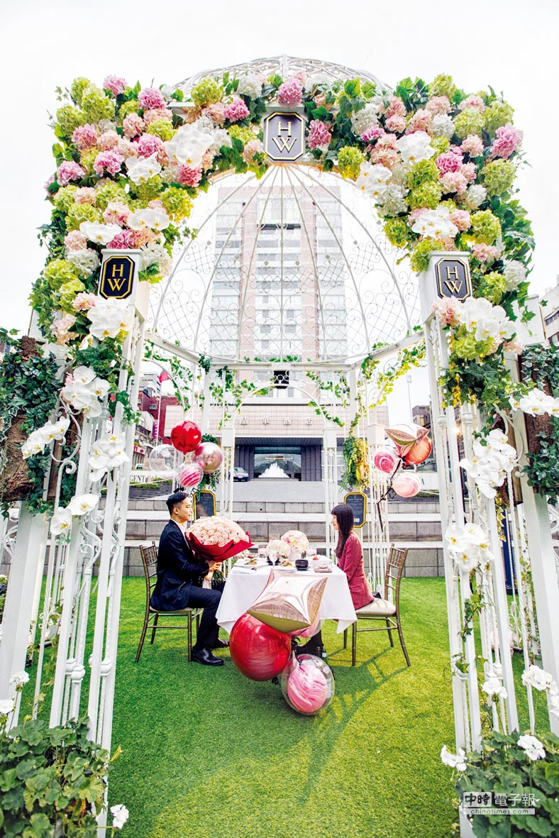 台北晶華精心為熱戀的愛侶們打造高調示愛主廚餐桌,放閃無上限;圖中場景位於酒店前方的證婚亭。圖/業者提供
