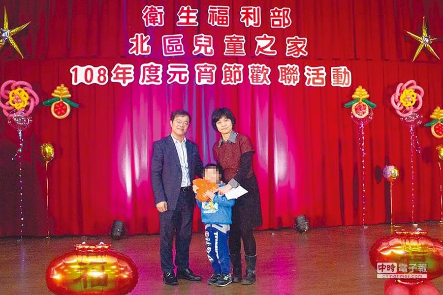 億萬集團總經理呂原富(左)邀集同仁與北區兒童之家歡度元宵。圖/江富滿