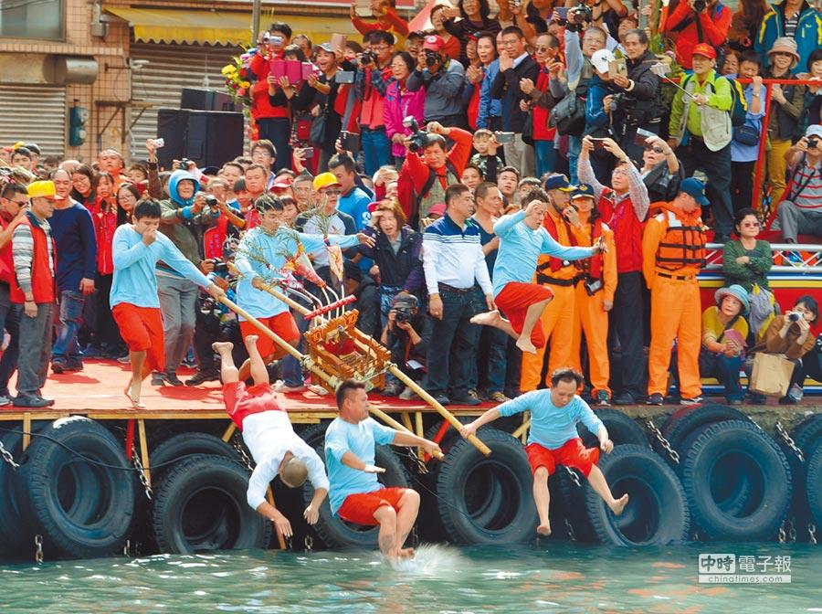 19日元宵節舉辦的野柳淨港活動吸引許多信徒扛神轎跳港。(陳俊雄翻攝)