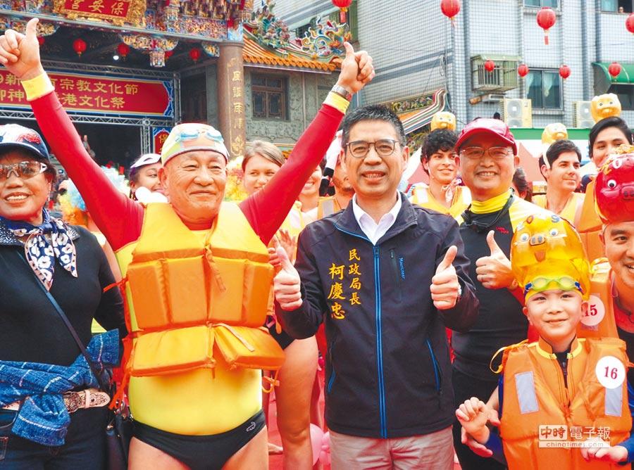 淨港活動中,最年輕的參加者7歲張紘語(右)和最年長的參加者78歲林茂宏(左),和民政局長柯慶忠合影。(陳俊雄翻攝)
